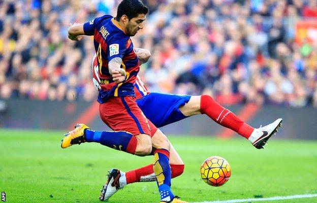 Luis Suarez scores for Barcelona against Atletico Madrid