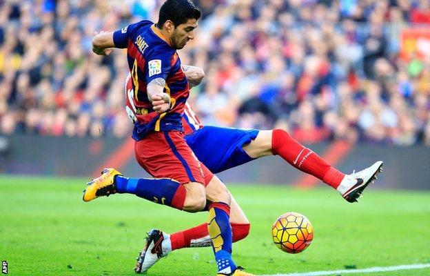 Luis Suarez scores for Barcelona against Atletico Madrid