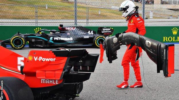 Lewis Hamilton rijdt voorbij terwijl Sebastian crasht tijdens de kwalificatie voor de Russische Grand Prix