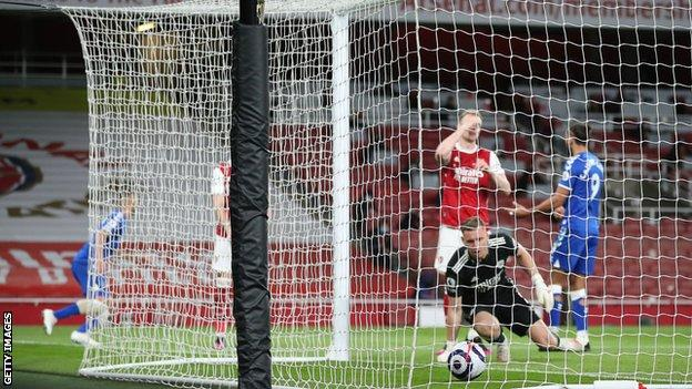 Disastrous Leno own goal gives Everton key win