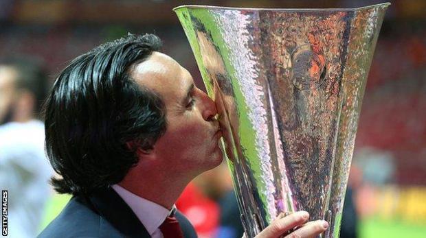 Unai Emery kisses the Europa League trophy