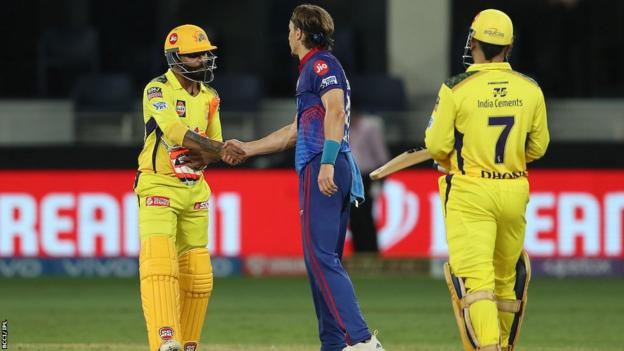 Tom Curran shaking hands with CSK batters