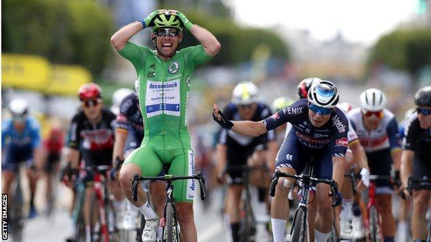 Mark Cavendish celebrating as crosses the finish line
