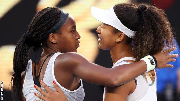 Coco Gauff et Naomi Osaka s'embrassent après leur match à l'Open d'Australie 2020