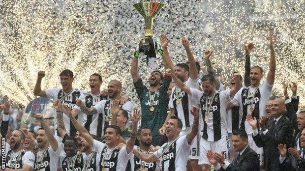 Gianluigi Buffon lifts the 2018 Serie A trophy