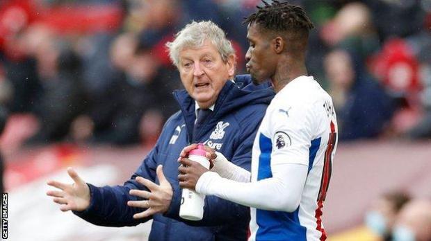 Roy Hodgson speaks to Wilfried Zaha