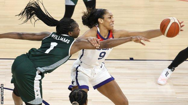 A'ja Wilson catches a pass under pressure from Elizabeth Williams