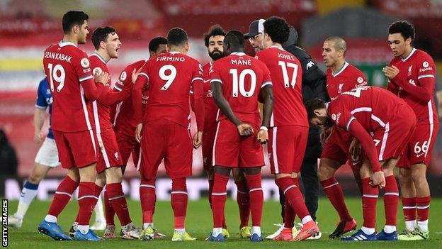 Jurgen Klopp speaks to his Liverpool players