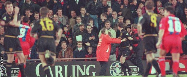 Flying kung fu kick fail. Eric Cantona S Kung Fu Kick The Moment That Shocked Football Bbc Sport