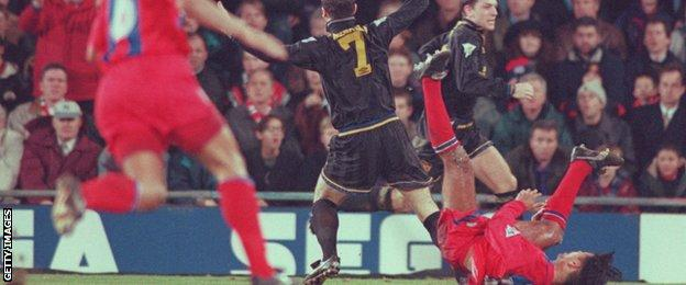Plus, watch live games, clips and highlights for your favorite teams on foxsports.com! Eric Cantona S Kung Fu Kick The Moment That Shocked Football Bbc Sport