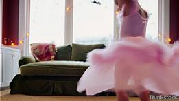 Una niña bailando con su traje de bailarina