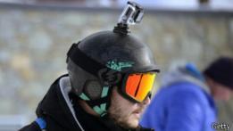 Camara de acción colocado sobre casco de un esquiador