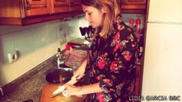 Lidia García Villar cocinando, nueve meses después del diagnóstico del Síndrome de Guillain-Barré.