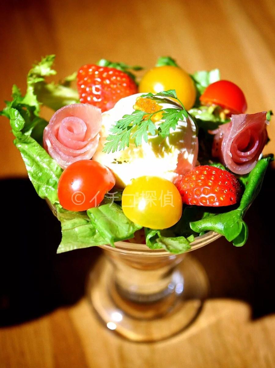 イチゴ探偵|おふろカフェで「いちごとトマトのパスタパフェ」と「おふろタルトパフェ」販売スタート!謎解き×パフェ=なぞパフェ!