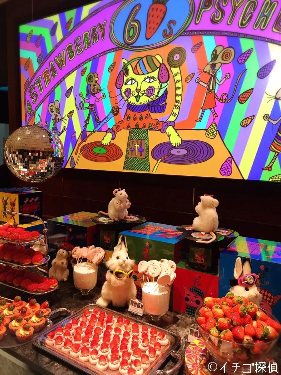 イチゴ探偵|【実食】ヒルトン東京「マーブルラウンジ」ストロベリーサイケデリックへ!カラフルなブッフェ台&スイーツ!