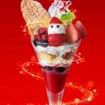銀座コージーコーナー「ベリー☆メリークリスマスパフェ」苺サンタとツリーに見立てたリーフパイが華やか!