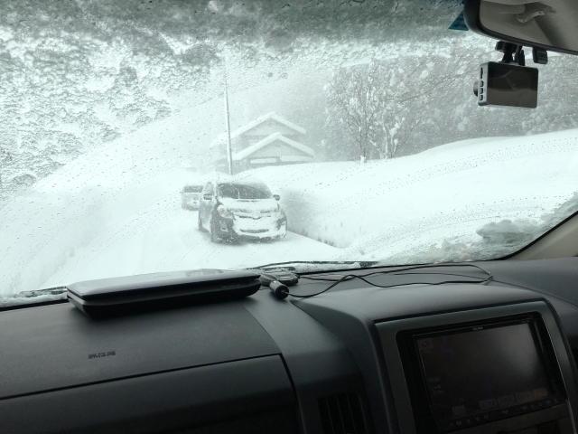車 フロントガラス 雪 溶かす
