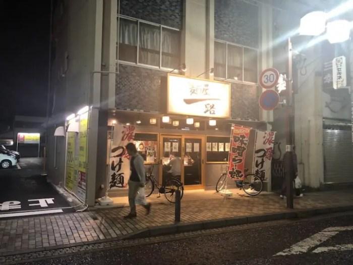 麺屋一路の夜の外観