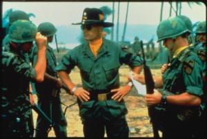 映画『地獄の黙示録』より、ベトナムの村を空爆し、生き残りのベトナム人の救助を支持するキルゴア中佐