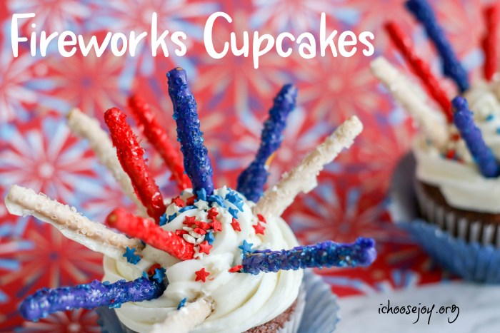 Fireworks cupcakes recipe for Fourth of July. These are perfect for any patriotic holiday. It's so fun for kids to make Fourth of July cupcakes! Also, at the post find Patriotic Decorated Cookie recipe. #patrioticdesserts #fourthofjulycupcakes #fourthofjulycookies #ichoosejoyblog