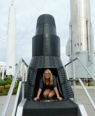 Iris in der Raketenkapsel im Rocket Garden-1200x900