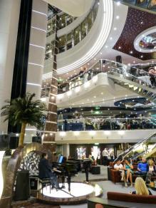 Atrium mit Lift-1200x900