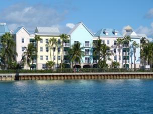 Bunte Häuser auf Paradise Island-1200x900