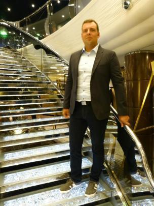 Thomas auf der funkelnden Swarovski Treppe-1200x900