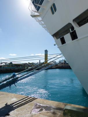 Vor Anker im Hafen auf den Bahamas