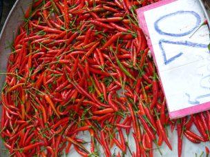 Thailand Mae Klong Train Market Schirmezurück Markt Chilis