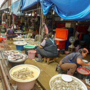 Thailand Mae Klong Train Market Schirmezurück Markt Fisch