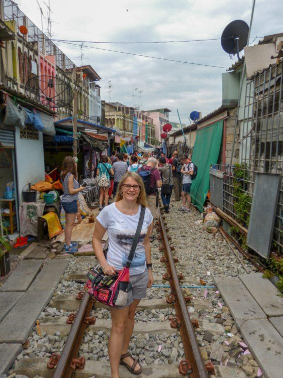 Thailand Mae Klong Train Market Schirmezurück Markt