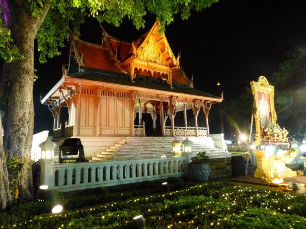 Thailand Bangkok Lichterfest Loi Krathong Santi Chai Prakan Park Pavillion Chao Phraya