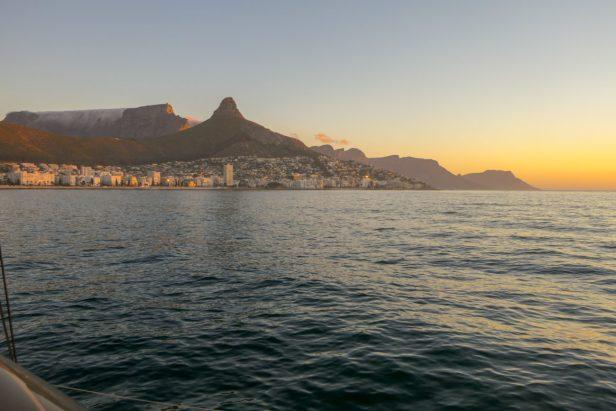 Südafrika Kapstadt Cape Town Victoria 6 Alfred Waterfront Sunset Cruise Sonnenuntergang Bootsfahrt Katamaran Tafelberg Lion's Head Wasseransicht