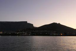 Südafrika Kapstadt Cape Town Victoria 6 Alfred Waterfront Sunset Cruise Sonnenuntergang Bootsfahrt Katamaran Tafelberg Silhouette