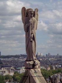 Frankreich Paris Notre Dame de Paris Kathedrale Gotik Skulptur Engel Dachgiebel