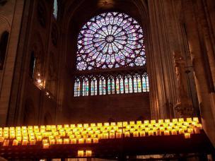 Frankreich Paris Notre Dame de Paris Kathedrale Gotik Kirchenschiff Querschiff Kirchenfenster Fensterrose Rosette Buntglas Kerzen