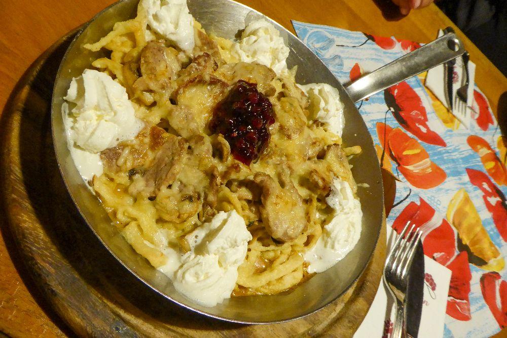 Deutschland Schwarzwald Hochschwarzwald Oberried Holzfällerstube Restaurant Abendessen Schwarzwaldpfännle Spätzle