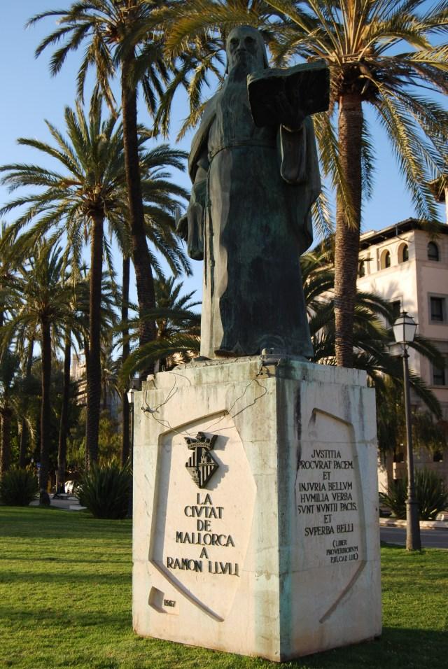 Der Kombinatoriker Lullus - Denkmal in Palma de Mallorca - fast jeder geht bei seinem Malle-Urlaub an ihm vorbei, kaum einer kennt sein Lebenswerk - tragisch.