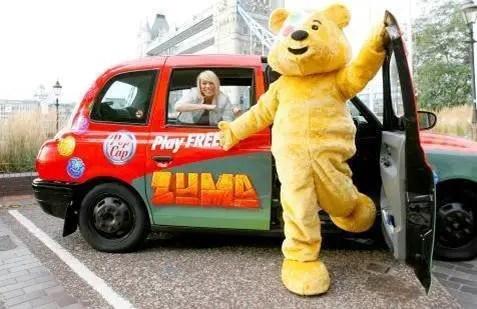 Liz McClarnon und Pudsey Bär auf Tour mit dem Popcap-Bus