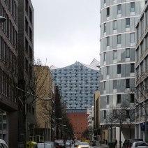 Die Elbphilharmonie fügt sich erstaunlich stimmig ins Bild ein.