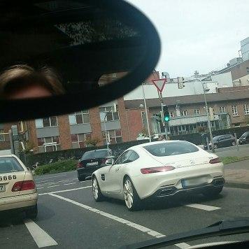 Auf der Rückfahrt sehe ich den porschigsten Benz, der je meinen Weg gekreuzt hat. WTF?