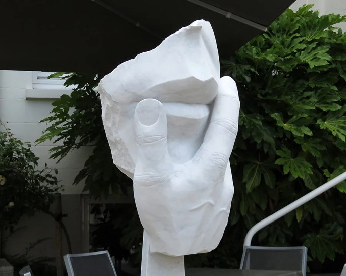 Kulturbemühungen auch vor einem großen Hotel mit einer Skulpturenausstellung.