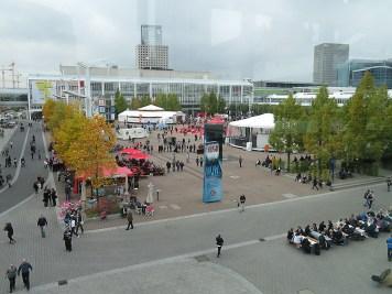 Die sogenannte Agora inmitten der Messehallen.