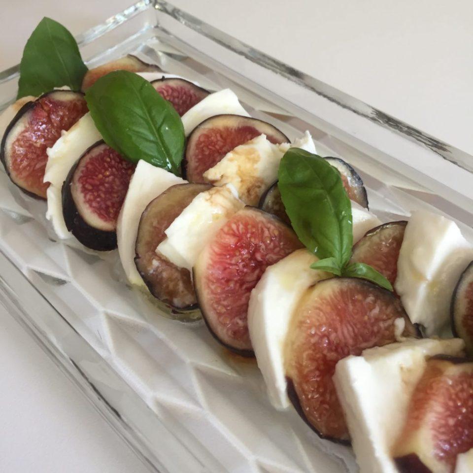 Préparation pour l'apéro à base de figues mozzarella et basilic