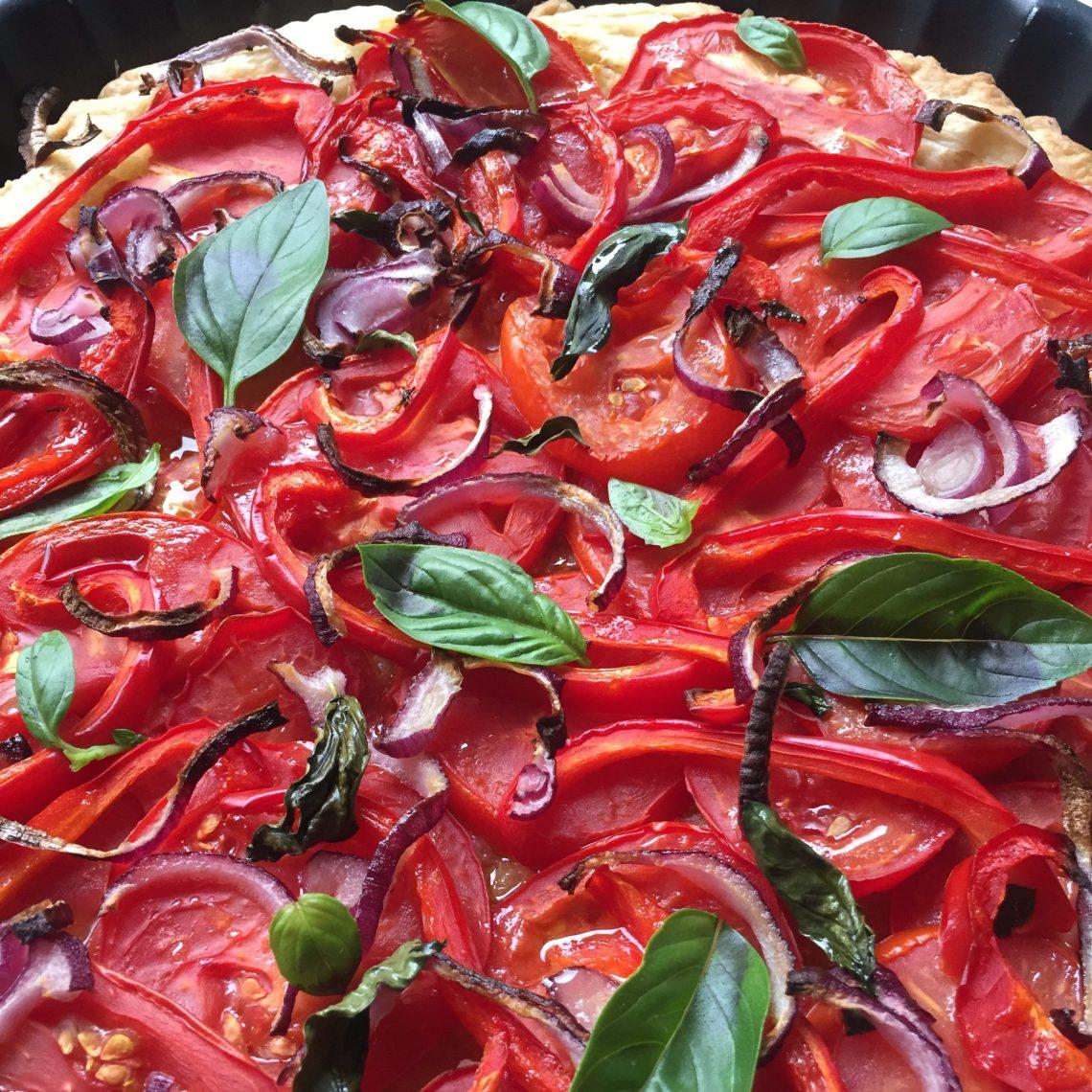 tarte à la tomate : pâte feuilletée, tomates, poivron, oignons rouges, moutarde et basilic