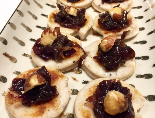 Rondelles de boudin blanc toastées avec compotée d'oignons et de fruits secs pour l'apéro