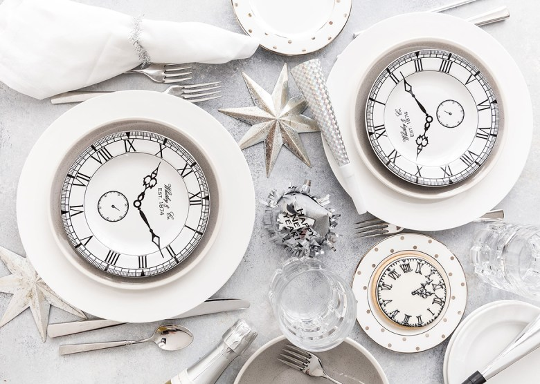 new years eve tablescape in white by Pizzazerie