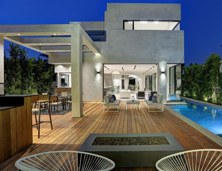 LA Build Corp - Modern Home Outdoors