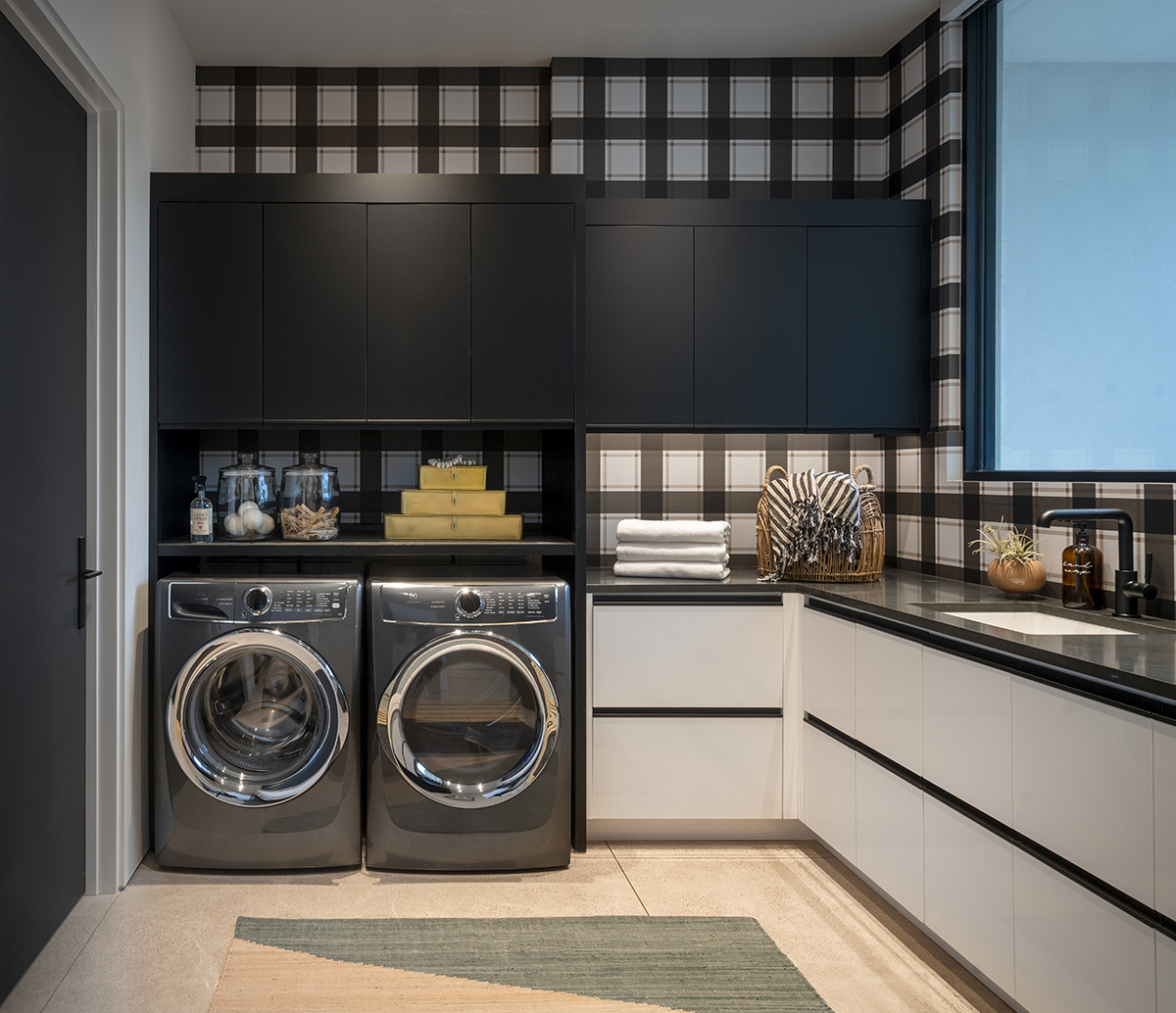 ICONIC HAUS Laundry room by Treasure in the Detail